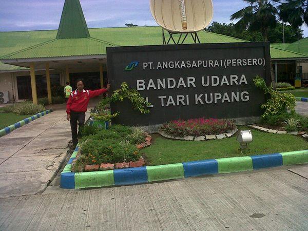 Bandara El Tari, Kupang. Berhiaskan sasando, alat musik khas NTT.