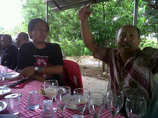 Bersama Zet Malelak (kanan) pakar pertanian Kupang. Memberdayakan pertanian lokal.