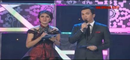 Duo host Ratna Dumila dan Timothy Marbun. Bicara politik tak harus tegang.