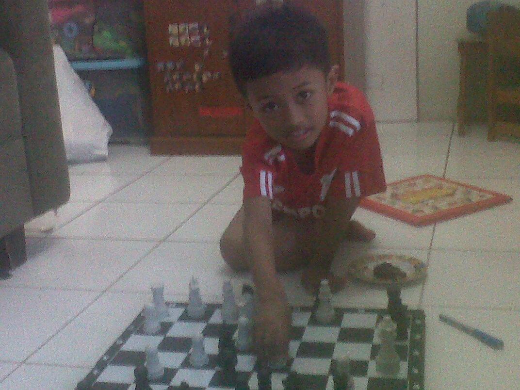 Einzel melangkahkan buah catur. Bermain filosofi hidup sejak dini.